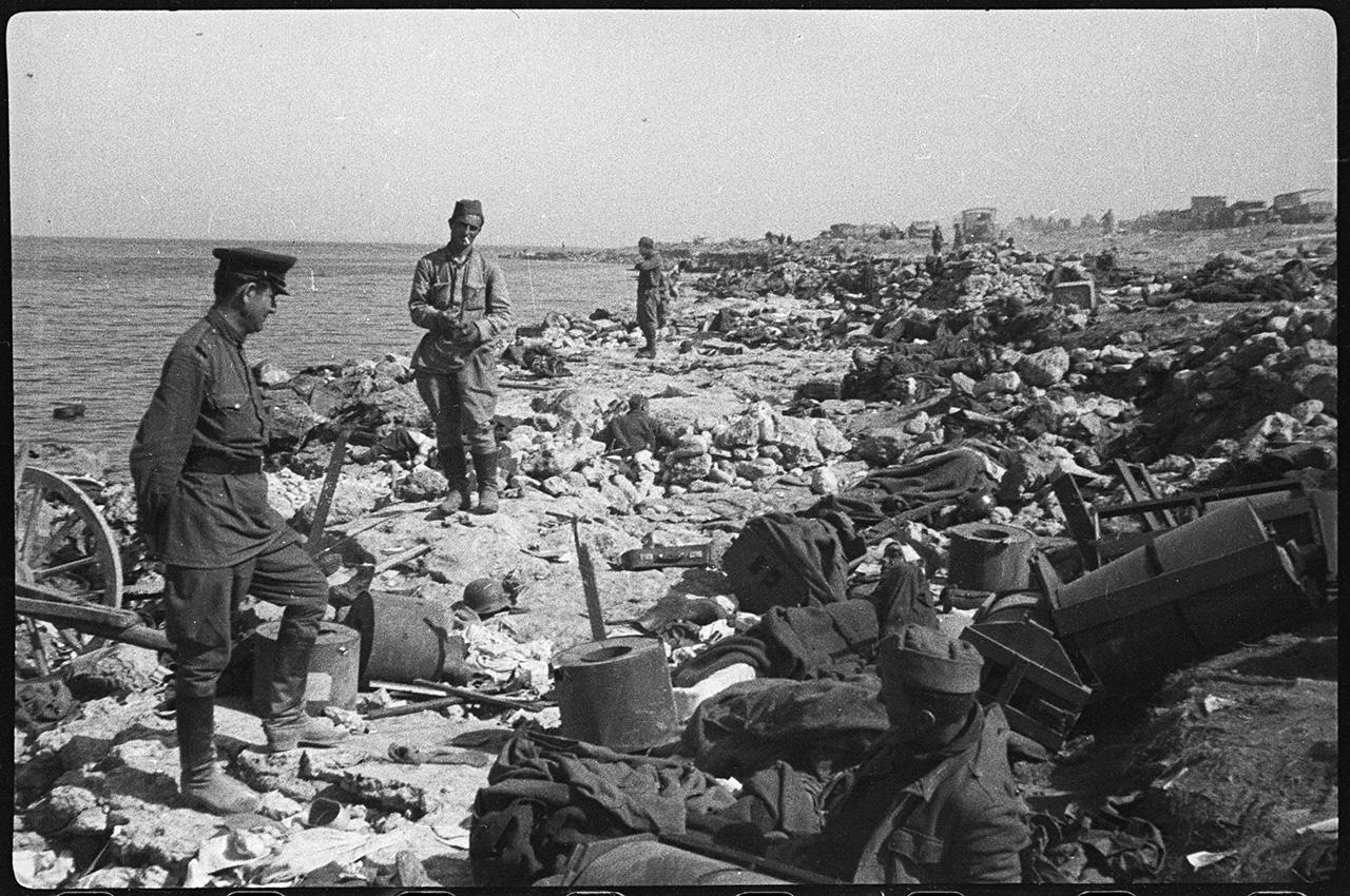 Тела убитых и раненых немцев и румын на берегу Черного моря в районе бухты Казачьей под Севастополем, май 1944 года