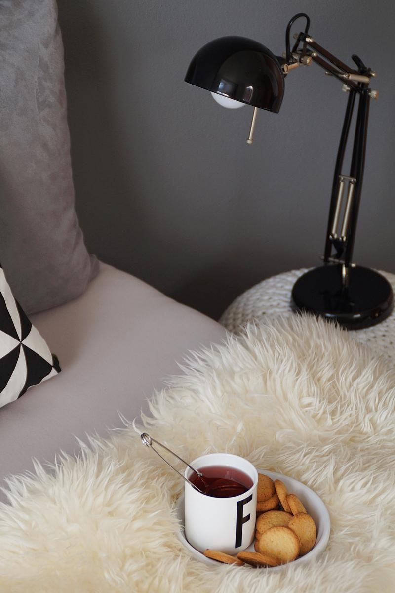 Gemütliches Schlafzimmer in Schwarz-Weiß-Grau