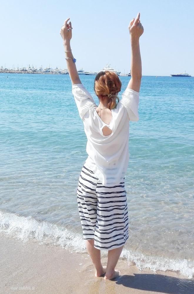 Die Chrissie am Strand von Cannes mit Elvital Öl Magique