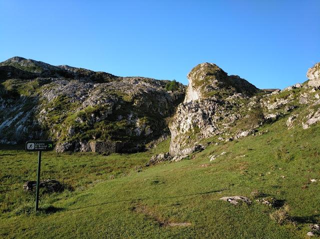 Subida al Bricial desde la la orilla sur del Lago Ercina