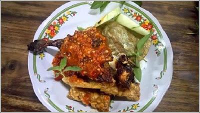Tidak perlu ribet bahas kota Surabaya. Mau ngomongin wisatanya atau ngomongin tempat makan enak di Surabaya? diantara ke dua pertanyaan tadi sudah jelas, bahwa setelah berwisata, pastinya cari kulinernya. Nah, langsung kita coba sebutkan berburu kuliner kota Surabaya.
