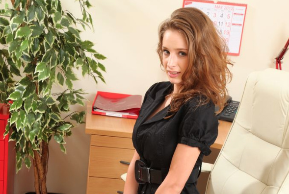 emily-shaw-in-black-that-look-so-gorgeous
