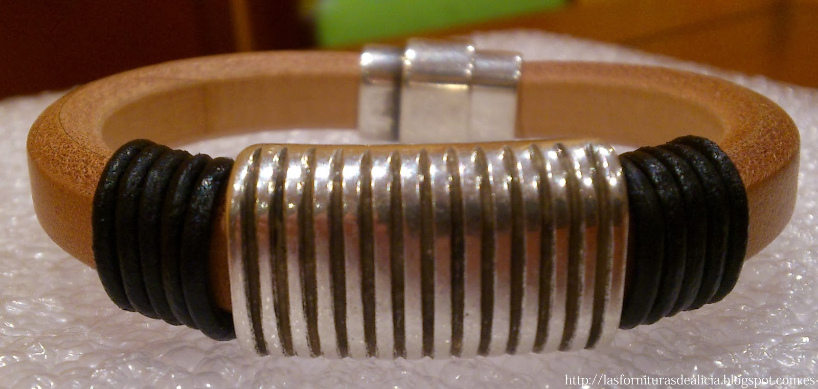b23ffcbe64a8 ... Elegante pulsera para hombre realizada con cuero de regaliz en color  crudo