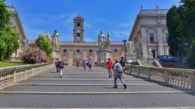 Subida a la Piazza del Campodiglio en Roma