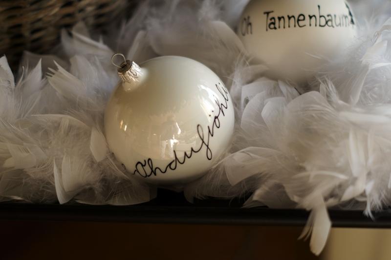 Blog + Fotografie by it's me! - Rooming, Weihnachtsdeko 2015 - beschriftete Christbaumkugeln Oh Tannebaum & oh du fröhliche