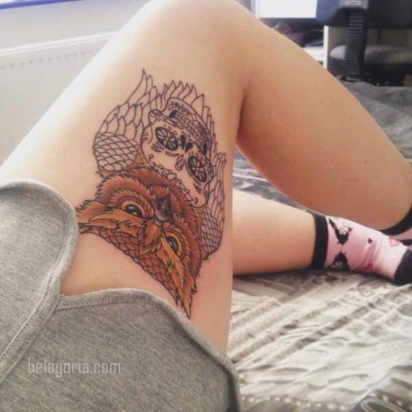 Vemos una chica acostada tiene tatuaje sexy de buho en las piernas