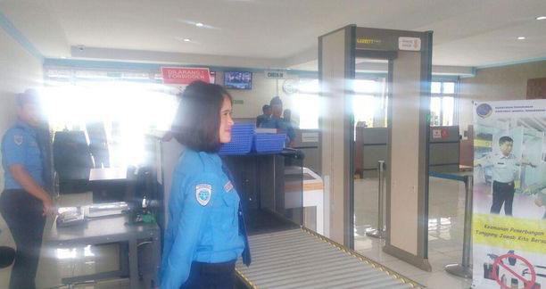 Setelah proses check in, penumpang kembali melalui proses security check point agar bisa masuk ke area boarding lounge atau ruang tunggu keberangkatan.