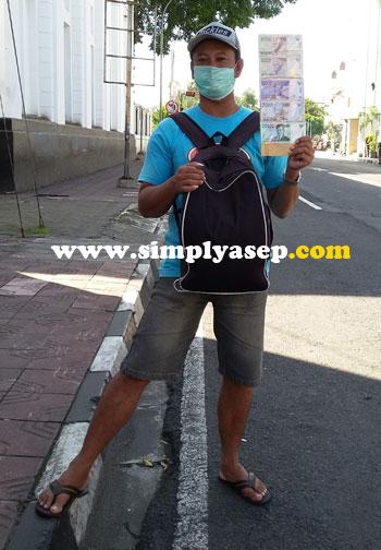 RESIKO : Seorang jasa penukaran uang di jalan KH Ahmad Dahlan, Jogjakarta yang sempat saya ambil fotonya pada tanggal 26 Juni 2016 yang lalu. Menukar uang dijalan resikonya cukup tinggi. Patut diwaspadai Foto Asep Haryono