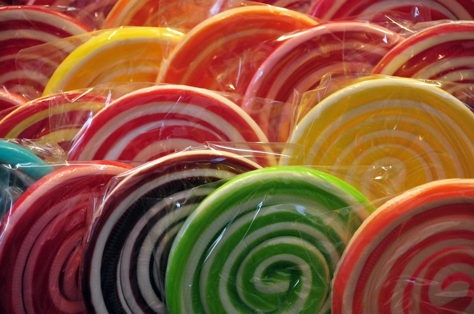 https://pixabay.com/pl/lizaki-na-patyku-candy-cukierki-602441/