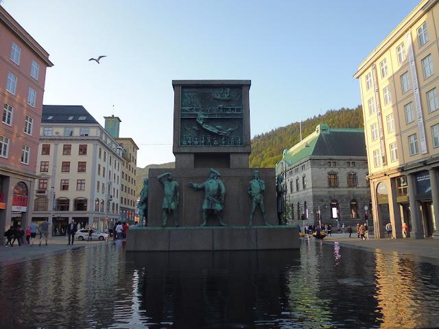 Monumento dedicado a los navegantes noruegos en la calle Torgallmenningen (Bergen)