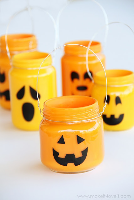 Funny pumpkin jars to add treats, bars and gifts. 25 DIY Halloween Mason jar gifts ideas. Halloween craft and gift ideas for kids. Best Halloween home decoration with small mason jars. Cute jar decoration for Halloween party and fun. Halloween treat bar for kids.