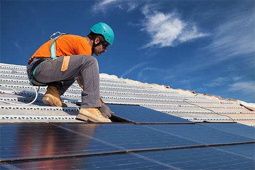 Installation Panneau solaire monocristallin de moins en moins coûteuse
