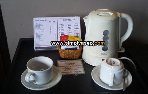 COMPLIMENT : Ada dua botol air mineral gratis per hari selama menginap dan aneka teh di atas meja ini juga free persembahan dari manajemen Hotel Gajah Mada Pontianak. Foto Asep Haryono
