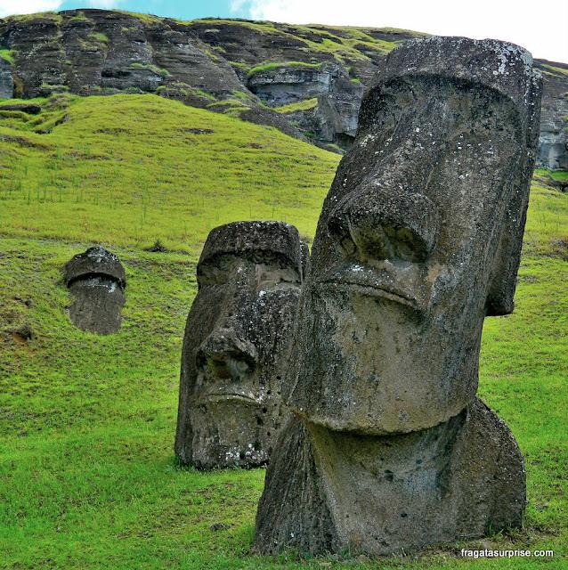 Moais (estátuas rituais) nas encostas do Vulcão Ranu Raraku, na Ilha de Páscoa