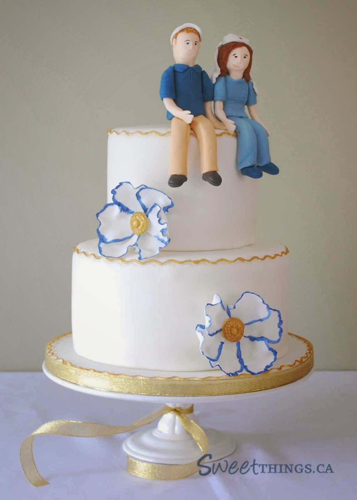 blue gold wedding cakes sweetthings gold and blue wedding cake 11987