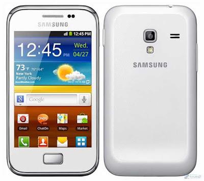 Spesifikasi Samsung Galaxy Ace Plus S7500        Samsung dengan serie Ace memang sudah memasuki generasi ke tiga pada tahun 2013. Samsung Galaxy Ace Plus ini adalah versi pertama yang dirilis setahun yang lalu dan masih menggunakan sistem operasi android jelly bean. Melihat harganya saja sebenarnya anda sudah bisa mendapatkan jelly bean namun tentu spesifikasinya tidak sebaik ini untuk range harga yang sama. Ace plus adalah versi untuk fitur single sim card sedangkan saudaranya yaitu Samsung Galaxy Ace Duos adalah yang sudah menggunakan fitur dual sim GSM. Harga yang ditawarkan antara kedua smartphone ini sama.     Harga sama tapi kok yang satu sudah dual sim ? mungkin Sobat gadget bertanya akan hal ini. Oleh karena itu mari Sobat gadget oprek bagaimana speknya sehingga Sobat gadget menjadi lebih tau perbandingan antara Ace Plus dengan Ace Duos. Layar memiliki kualitas sama, jaringan 3G, kamera, memori dan baterainya sama. Ternyata ada satu kelebihan pada Ace Plus yaitu memiliki CPU atau processor yang lebih besar frekuensnya. CPU Qualcomm Snapdragon S1, Prosessor 1 GHz, GPU 200 adalah otak utama dari Ace Plus ini. Jadi kesimpulannya adalah Ace plus lebih cepat sedangkan Duos lebih unggul pada dual sim fitur.        Seperti