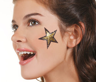 Maquillaje de estrella dorada hecha con purpurina en la cara