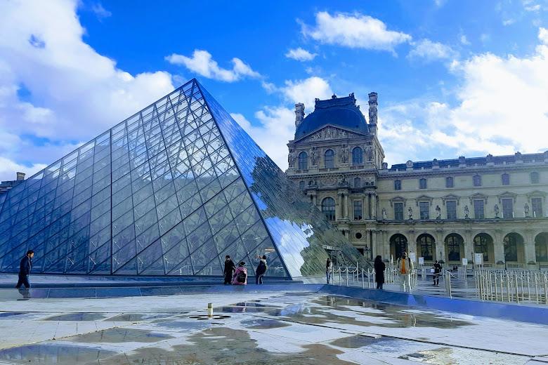 羅浮宮著名的玻璃金字塔入口