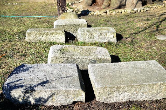 Fragmenty pomnika przy wieży w Siedlęcinie