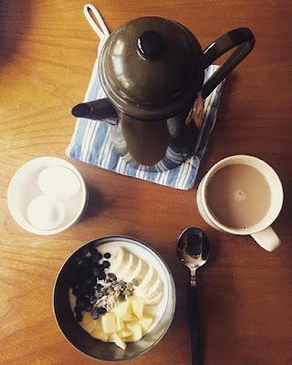 kaunis aamiaiskattaus vihreä kahvipannu jugurttia hedelmillä ja marjoilla