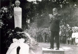 Ο Κωστής Παλαμάς στα αποκαλυπτήρια της προτομής του Διονυσίου Σολωμού στον Βασιλικό Κήπο