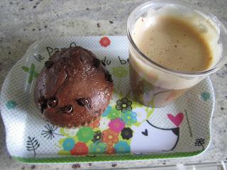 Moelleux double chocolat et vanille avec un cappuccino Nescafé extra cremoso