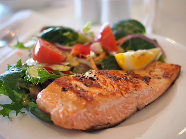 Grilled Salmon and Salad with Lemon