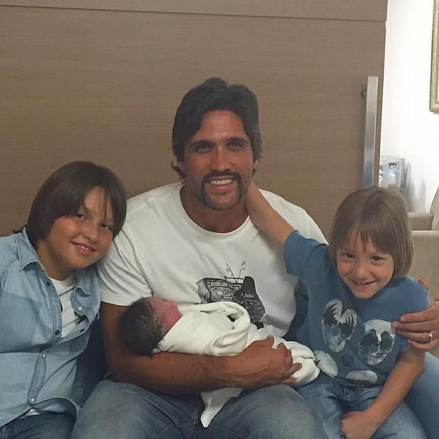 Léo Chaves com os três filhos (Foto: Reprodução/Instagram)