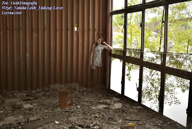8.07.2017 Sukienka zebra, zakolanówki, czarne szpilki, włosy kucyk na bok, Dębica