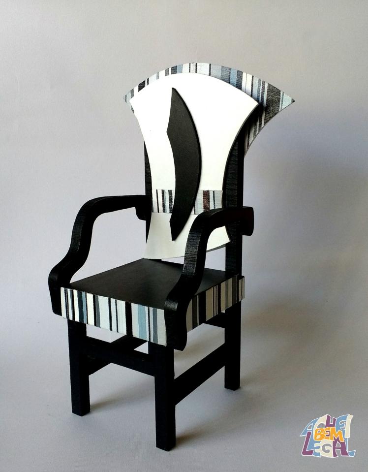 Cadeira em madeira em tons de preto com aplicação de tela em tons de cinza