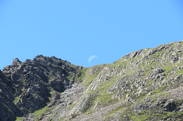 The moon above the top of the Daear Ddu ridge.