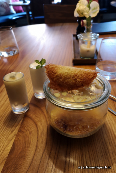 Gebrannte Vanillecreme mit Mandelkrokant, Apfelsorbet, Joghurtsorbet im Gasthof Hirsch in Bad Liebenzell