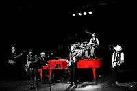 http://musicaengalego.blogspot.com.es/2016/05/fotos-caramuxo-vermello-na-sala-artika.html