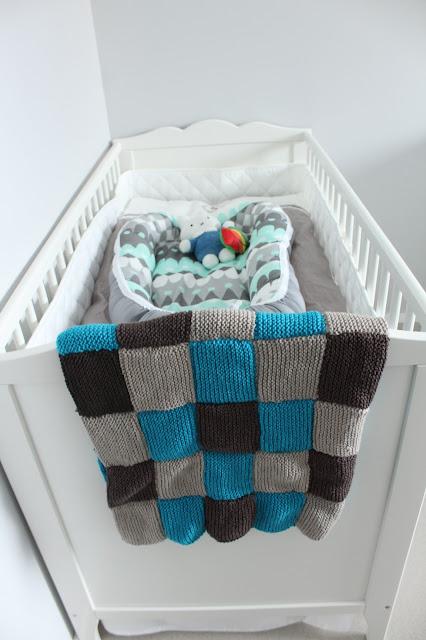 Neulottu vauvan peitto