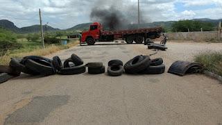 Caminhoneiros do RN protestam contra aumento do diesel, inclusive na divisa de Carnaúba dos Dantas com Picuí