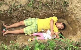Προετοιμάζει την άρρωστη κόρη του για το θάνατο βάζοντάς την στον τάφο (Εικόνες & Βίντεο)
