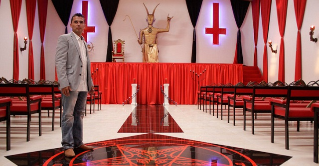 Biodata Profil Pemimpin Gereja Lucifer Victor Damian Rozo