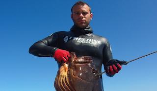Σκόπελος: Βούτηξε σε Βάθος 28 μέτρων και έπιασε ένα ψάρι που δεν μπορούσε να σηκώσει