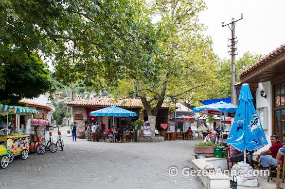 Güzel köylü gibi Ege dizilerinin çekildiği Bozüyük köyünün geniş köy meydanı, Muğla