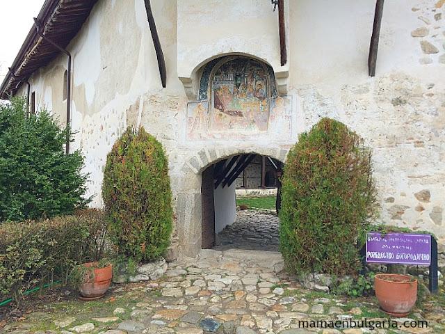 Entrada del monasterio de Rozhen, Bulgaria