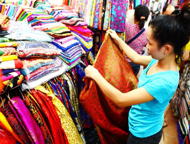 Muốn mua vải sỉ giá rẻ tại các chợ vải Hà Nội hoặc TPHCM thì mua ở đâu