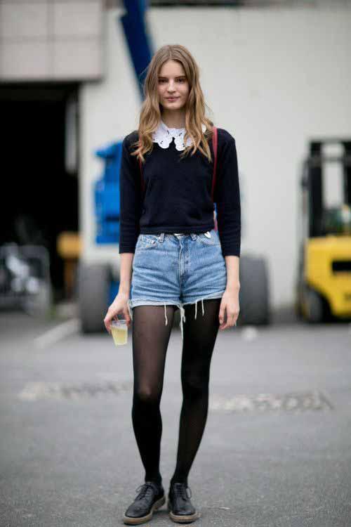Short jeans, meia calça e blusa de tricô