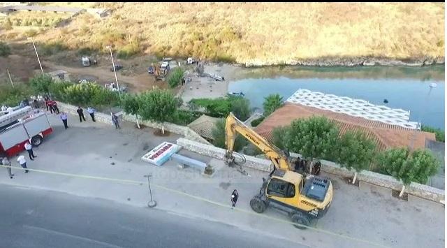 Γκρέμισαν το μαγαζί του Αλβανού εστιάτορα που κρεμάστηκε στο αυτοκίνητο των Ισπανών τουριστών - Δείτε ΒΙΝΤΕΟ