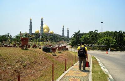 jalan menuju masjid kubah emas