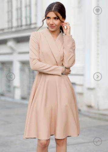 Modelul clasic de rochie in forma de A, rochia Samantha este realizata din barbie placut la atingere. Are un decolteu in V cu revere suprapus