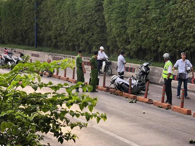 Một chiếc xe máy ở hiện trường vụ việc