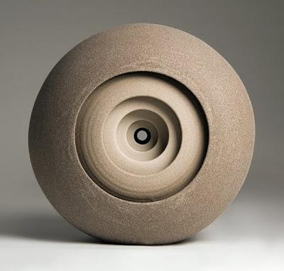 Escultura contemporánea circular  de cerámica.
