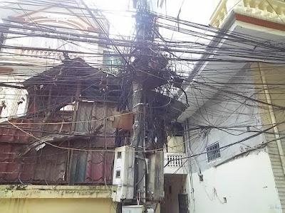 ハノイ市街のとぐろ巻きの電線