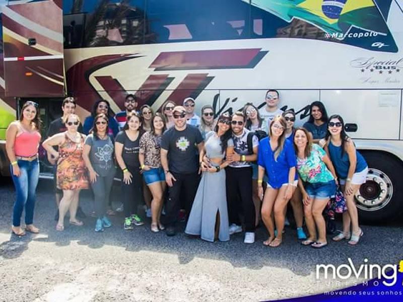 Viagem em excursão /></a> </center><br><br> A viagem de Porto Alegre para Montevidéu é bastante cansativa porque são cerca de doze horas de distância, mas graças ao nosso itinerário foi bem tranquilo e dependendo da perspectiva mais vantajoso do que ir de avião, porque na época que fomos saiu infinitamente mais barato e tivemos oportunidade de conhecer cidades que não conheceríamos caso fossemos direto para Montevidéu. No caso, dormimos durante à noite e, durante o dia, a caminho de Montevidéu, visitamos Punta del Este e a Casapueblo. Na volta, foi possível passar em Chuy para fazer compras nos Duty Free. Quanto ao ônibus em si, era bastante confortável e eles exibiram alguns filmes (não muito bons, é verdade hiueheu) durante a viagem de volta. O único problema é que o ar condicionado era muuuito frio e eu passei a noite congelando! Mas isso foi experiência minha, que levei uma mantinha (sim, de pescoço huiehiue) enquanto os outros passageiros estavam quentinhos e confortáveis com seus cobertores. Da próxima, eu não erro! <br><br> <h2><center>Câmbio & quanto dinheiro levar</center></h2><br> <center> <a href=