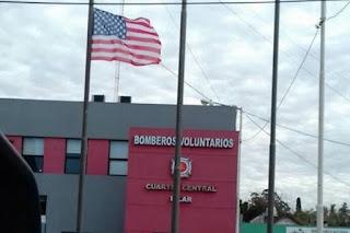 El cuartel de Bomberos de Pilar decidió agasajar así a una comitiva de bomberos de Estados Unidos que visitó el país. Pero la imagen causó polémica, tras los últimos ejercicios militares realizados con fuerzas de ese país y la deuda histórica que contrajo el gobierno.